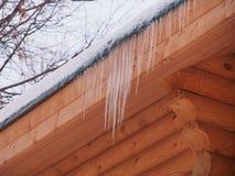 Sople wiesza od dachu drewniany dom zdjęcie stock