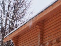 Sople wiesza od dachu drewniany dom fotografia royalty free