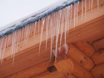 Sople wiesza od dachu drewniany dom zdjęcie royalty free