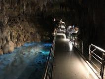 Soplenowie i stalagmity Gyokusendo jama w Japonia zdjęcia stock