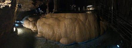 Soplenowie i stalagmity Gyokusendo jama w Japonia obrazy stock