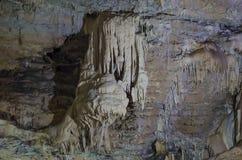 Soplenowie i stalagmity na ścianie jama w górę zdjęcie royalty free