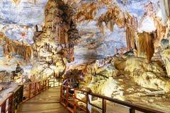 Soplenowie i stalagmity przy piękną salą jama obrazy royalty free