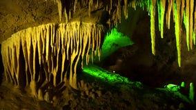Soplenowie i stalagmity w jamie zbiory wideo