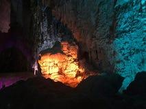 Soplenowie i stalagmity w jamie zdjęcia stock