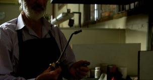 Soplete de la iluminación del orfebre en el taller 4k almacen de metraje de vídeo