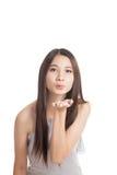 Soplo asiático joven hermoso de la mujer un beso Foto de archivo