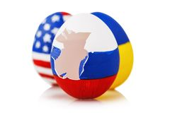 Soplo a la ortodoxia: tres huevos de Pascua pintados en el color de las banderas de Rusia, de Ucrania y de América, aisladas fotografía de archivo