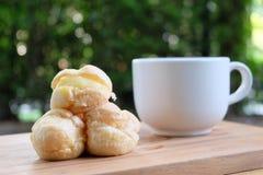 Soplo poner crema con una taza de té en el jardín Imágenes de archivo libres de regalías