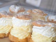 Soplos poner crema en departamento de pasteles Fotografía de archivo