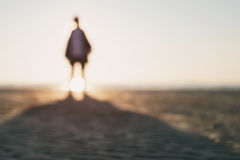 Soporte adolescente de la muchacha en la playa desenfocado Imagen de archivo libre de regalías