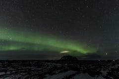 Soporte antedicho Búrfell Islandia de la aurora boreal foto de archivo