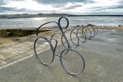 Soporte artsy de la bicicleta en la orilla del mar Foto de archivo libre de regalías