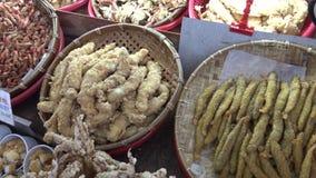 soporte asiático de la comida 4k vender la comida frita del calamar y de pescados en mercado de la noche de la calle almacen de metraje de vídeo