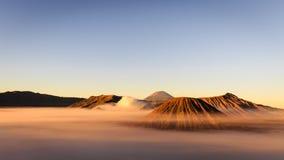 Soporte asombroso Bromo en niebla de la mañana durante salida del sol foto de archivo libre de regalías