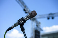 Soporte atado con alambre del micrófono en el lugar Foto de archivo libre de regalías