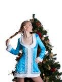 Soporte atractivo de la muchacha de la Navidad con el árbol de abeto del Año Nuevo Imágenes de archivo libres de regalías