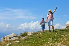 Soporte Baldo, Italia - 15 de agosto de 2017: Madre feliz con sus turistas que caminan del hijo en la montaña Imagenes de archivo