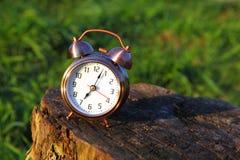 Soporte clásico del reloj de alarma en trozo Imagen de archivo libre de regalías