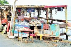 Soporte colorido del mercado en la costa costa imagenes de archivo