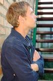 Soporte con estilo joven del hombre cerca de las escaleras. Fotos de archivo libres de regalías