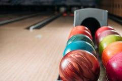 soporte con las bolas de bolos coloridas en club Fotos de archivo libres de regalías