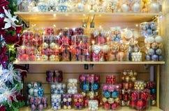 Soporte con las decoraciones de la Navidad Fotografía de archivo