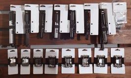 Soporte con los accesorios para la bicicleta Fotos de archivo