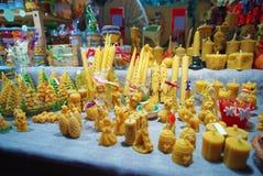 Soporte con los juguetes y las decoraciones de madera del árbol de navidad Imágenes de archivo libres de regalías