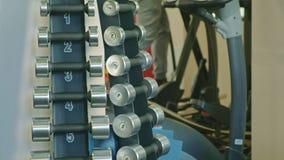 Soporte con pesas de gimnasia en el gimnasio almacen de metraje de vídeo