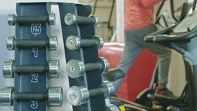Soporte con pesas de gimnasia en el gimnasio metrajes