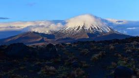 Soporte coronado de nieve Nagauruhoe en el parque nacional de Tongariro Imagenes de archivo