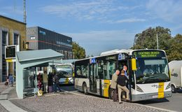 Soporte de autobús en Brujas, Bélgica imágenes de archivo libres de regalías