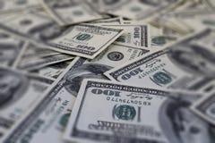 Soporte de cientos fondos de los billetes de banco del dólar defocused Imagen de archivo libre de regalías