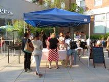 Soporte de concesión de la comida en el festival Imagen de archivo libre de regalías