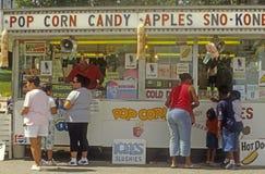 Soporte de concesión del alimento con los clientes Imagen de archivo