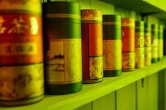 Soporte de empaquetado del té en fila en el estante Imagen de archivo libre de regalías