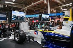 Soporte de entrenamiento automatizado funcionamientos del simulador del hombre basado en el coche de competición Imágenes de archivo libres de regalías