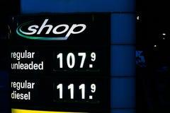 Soporte de exhibición de BP con precios y el logotipo de combustible Foto de archivo
