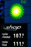 Soporte de exhibición de BP con precios y el logotipo de combustible Imagen de archivo