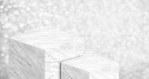 Soporte de exhibición del producto hecho del mármol brillante blanco en de dos etapas Imágenes de archivo libres de regalías
