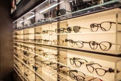 Soporte de exhibición de las gafas por completo de vidrios de lujo en Cagliari, Sardegna en noviembre de 2018 foto de archivo