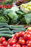 Soporte de fruta con los tomates en mercado Fotografía de archivo libre de regalías