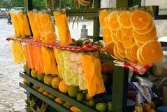 Soporte de fruta del carro de la calle Antigua Guatemala Imágenes de archivo libres de regalías