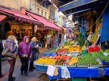 Soporte de fruta en Kadikoy fotos de archivo