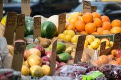 Soporte de fruta en NYC Fotos de archivo libres de regalías