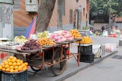 Soporte de fruta móvil en la calle del gato Fotografía de archivo libre de regalías