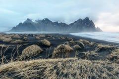 Soporte de Islandia, de Vestrahorn y arena negra sobre el océano Imágenes de archivo libres de regalías