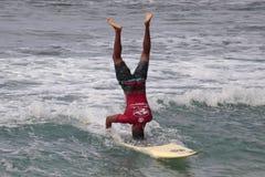 Soporte de la cabeza de la persona que practica surf imagen de archivo
