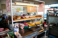 Soporte de la comida en un restaurante que hace la comida asombrosa Imagen de archivo